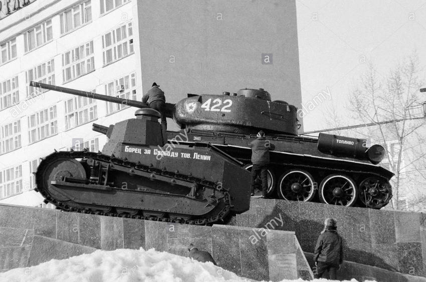 Име:  soviet-tanks-freedom-fighter-comrade-lenin-and-the-famed-t-34-stand-B93NYC.jpg Прегледи: 52 Размер:  77.0 Кб